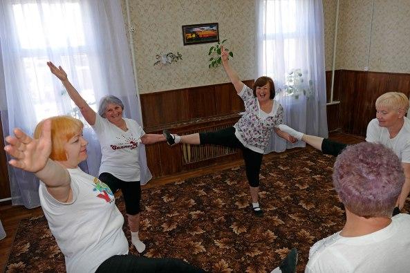 Занятия женской физкультурной группы «Территориального Центра Социальной Помощи Изюма» под руководством Галины Павловны Павленко