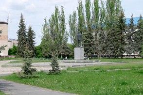 Памятник Ленину в Изюме, на заднем плане, справа от горисполкома, виднеется здание налоговой инспекции...