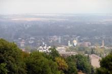 Слева на право: краешек РЦ «Марс», берег Северского Донца, Вознесенский собор, Пешеходный подвисной мост, Крестовоздвиженская церковь