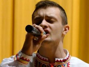 Кирилл Фартушный исполняет украинскую народную песню «Гиля, гиля, сірі гуси»