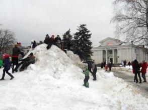 Детвора на снежной горке