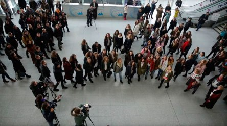 Во львовском аэропорту заколядовали — более 300 человек