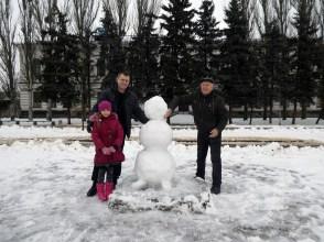 Совместно с молодым папой и его дочей в созидании шедевра из выпавшего намедни обильного снега под названием - «снеговик»