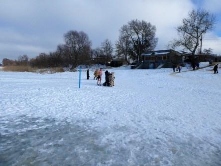 Полностью скован толстым льдом