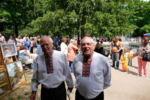 Два друга на ярмарке в Изюме