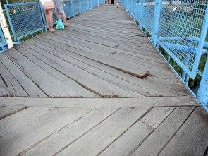 Люди с опаской ходят по мосту