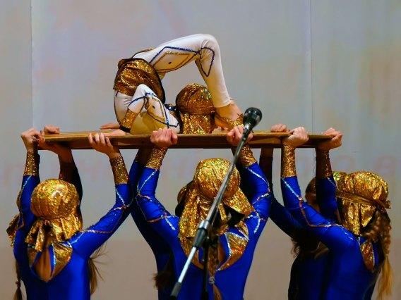 Народный художественный коллектив эстрадно-циркового искусства Изюма «Чудесники» исполнил заворожительный акробатический этюд «Египет»
