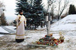 Заупокойная лития по жертвам голодомора в Изюме на горе Кремянец у памятного креста