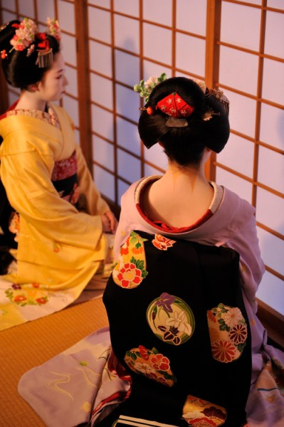 Maiko_red_collar_2