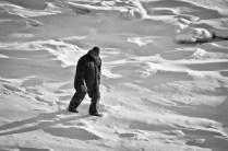 Un hombre caminando sobre el hielo - A man walking over the ice