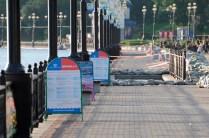 Los carteles de los barcos de recreo siguen en medio de los sacos - The signs of the recreational ships are still between the sand bags
