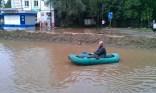 Un ciudadano en barca cerca de la calle Pionerskaya - A citizen on a boat close to Pionerskaya Street