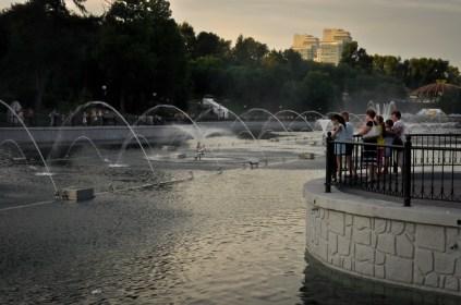 La gente se acerca al parque por los juegos de agua - People gather around the park for the water spectacles