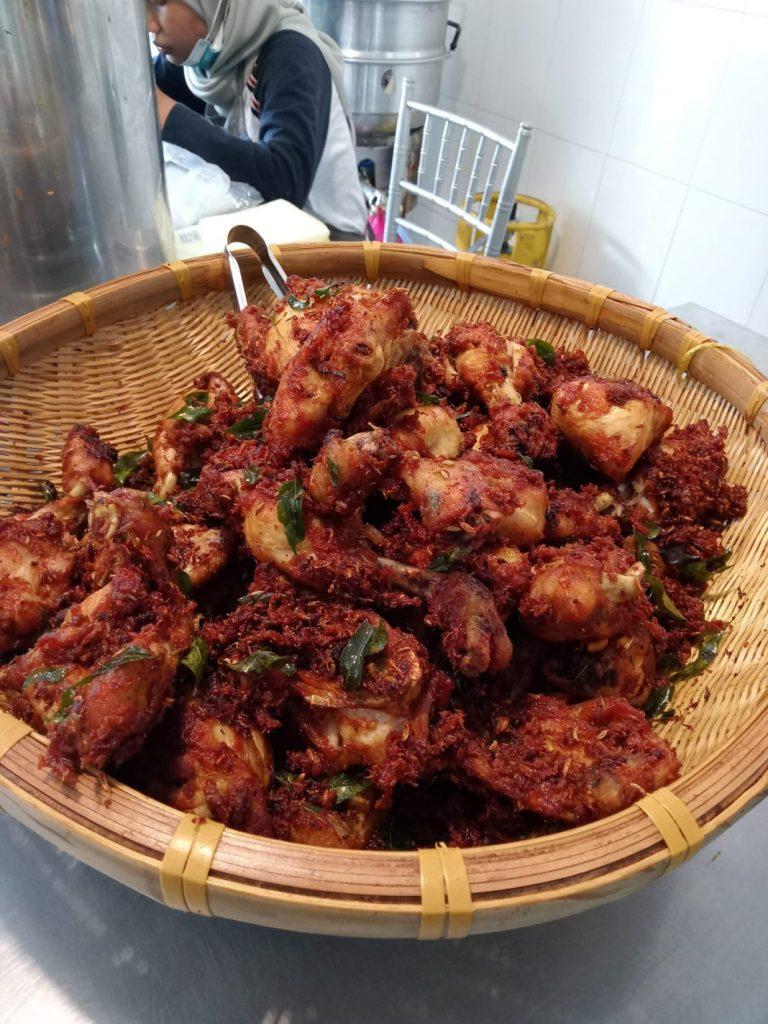 Resepi ayam goreng berempah dan kuah nasi kukus