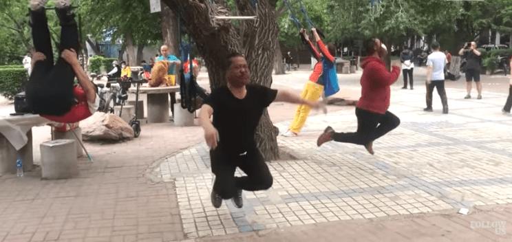 [VIDEO] Ramai Amal Senaman Ekstrem Gantung Diri Popular Di China