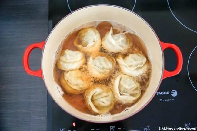 Boiling mandu in broth