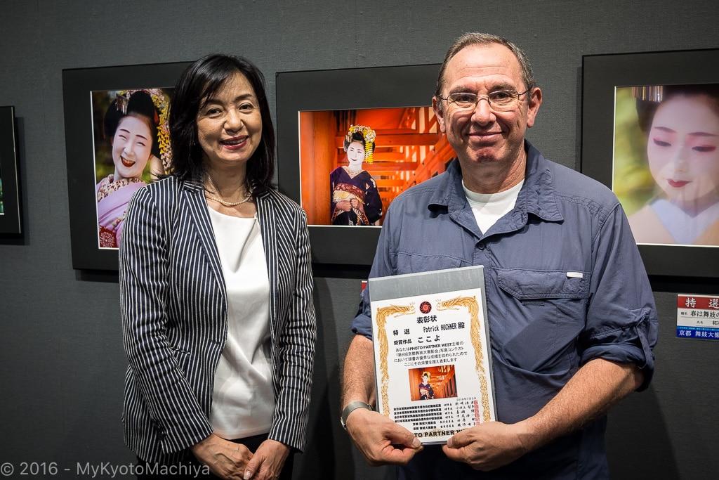 Receiving the prize from Mineko Orisaku san