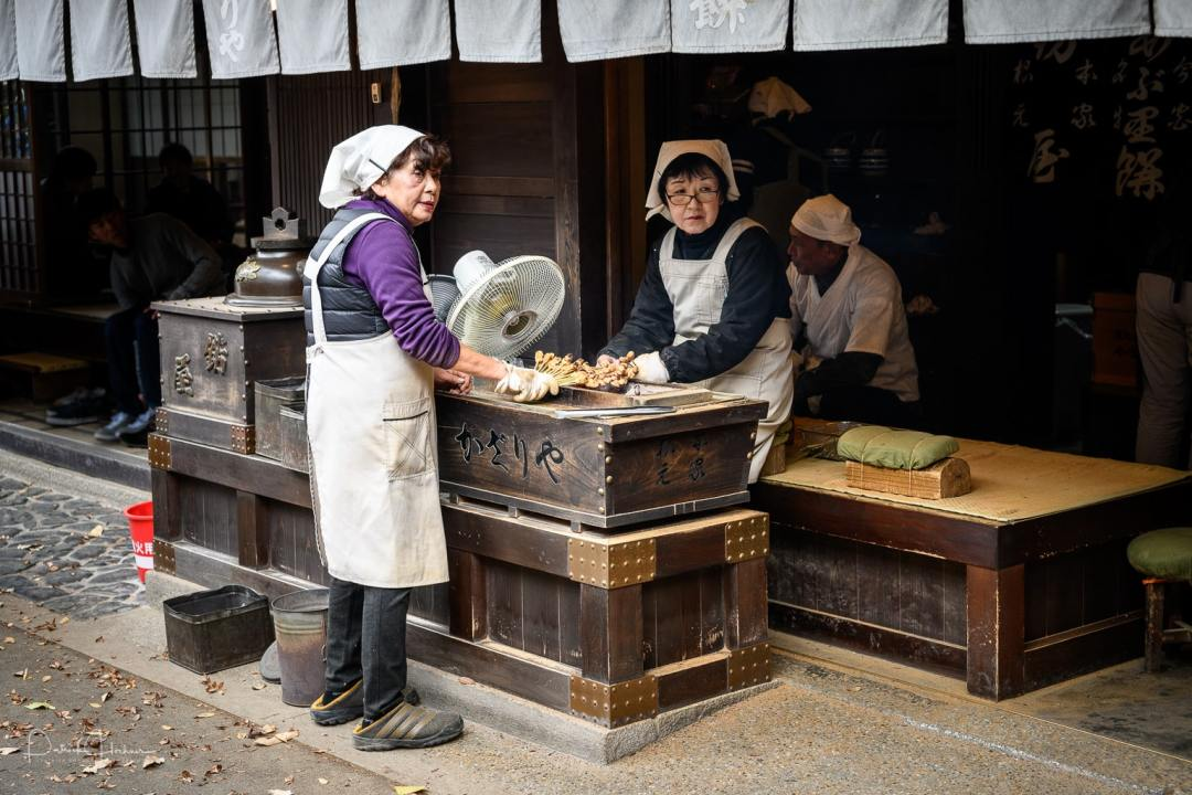 Abura mochi is the specialty of both shops outside of the Imamiya Shrine