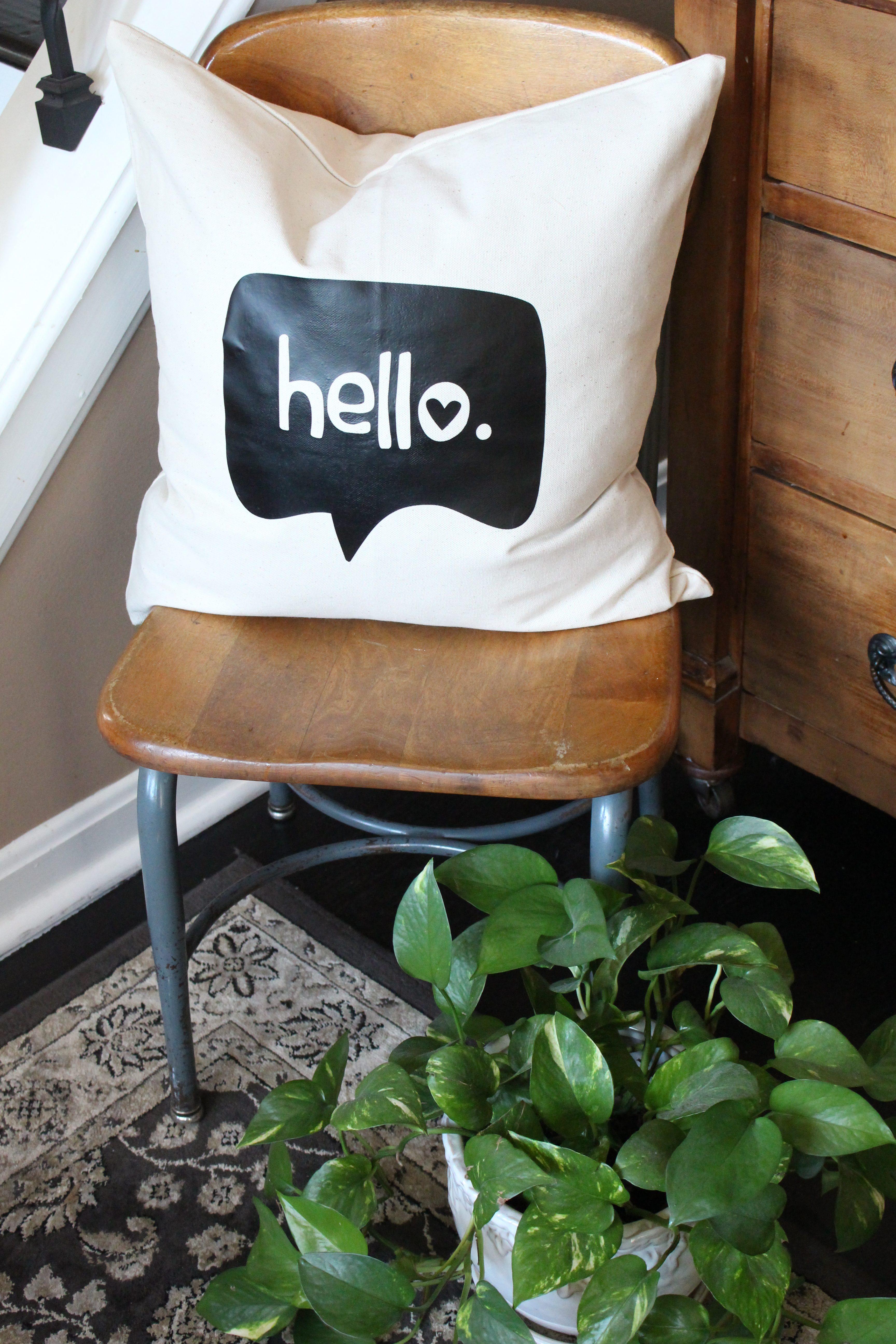 Silhouette Cameo Vinyl Heat Transfer Pillow Cover project | Silhouette projects | Silhouette Cameo | vinyl | DIY pillow cover | decor | pillows