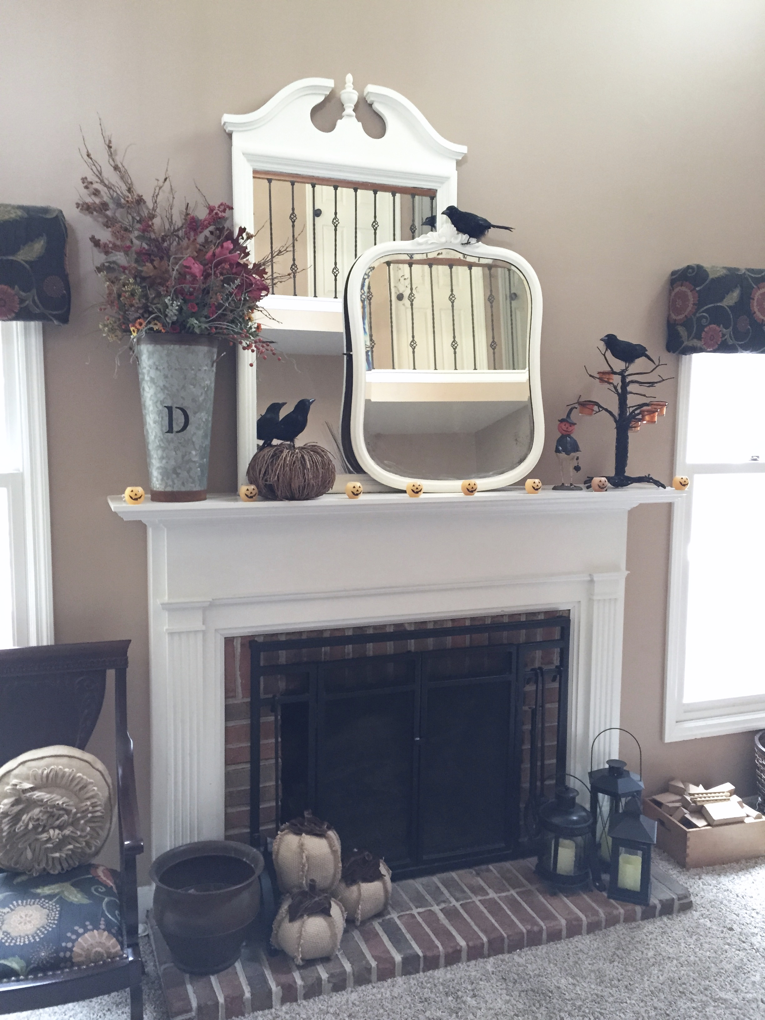 fall mantel decor- decorating your mantel for Halloween- autumn decor- Halloween mantel