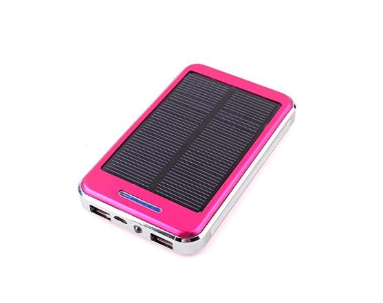 Um banco de energia movido a energia solar é uma maneira ecologicamente correta de manter seu telefone carregado durante viagens.