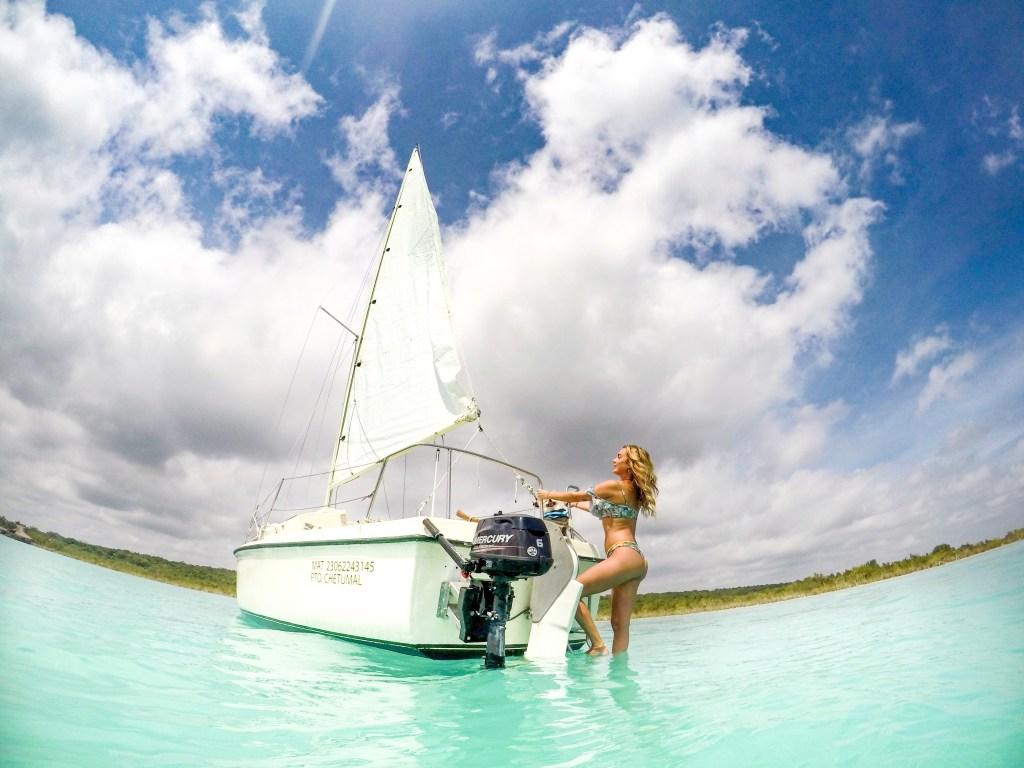 passeio de barco no lago bacalar