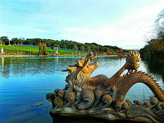 Dragões saindo da água