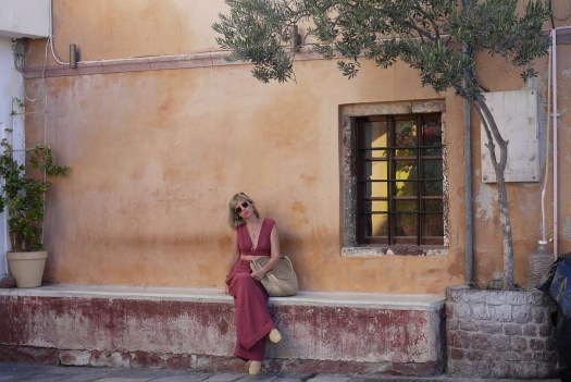 Alba Marina Otero fashion blogger from Mylovelypeople blog shares with you how to style a set of high waist and wide legs pants and a crop top and still being comfortable, paired with braided shoes and bag.