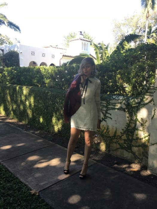 Alba Marina Otero fashion blogger from Mylovelypeople blog shares with you how to dress for christmas parties with a white lace dress following brazilian tradition adding golden details