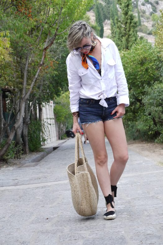 Alba Marina Otero fashion blogger from Mylovelypeople blog shares with you how to combine a white man shirt with shorts and spadrilles to walk around the city in your holidays