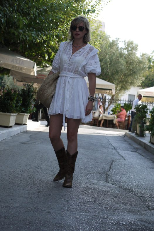 Alba Marina Otero fashion blogger from Mylovelypeople blog shares with you the diferents kind of activities to do in Miami during these days and how to dress for a Festival with a white mini dress paired with cowboy boots and a braided bag.
