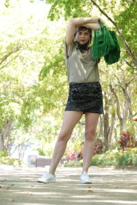 Alba Marina Otero fashion blogger from Mylovelypeople blog shares with you how to combine a sequin mini skirt with a Khaki tee and to accesorice the outfit, white sneakers, a green fringes Coach bag, a golden bracelet and earring and a camo scarf around the neck