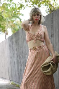 Alba Marina Otero fashion blogger from Mylovelypeople blog shares with you the many choices that we have with matching set. She is wearing a stripes matching set from Freepeople combined with espadrilles wedges and a big jute shopper bag.