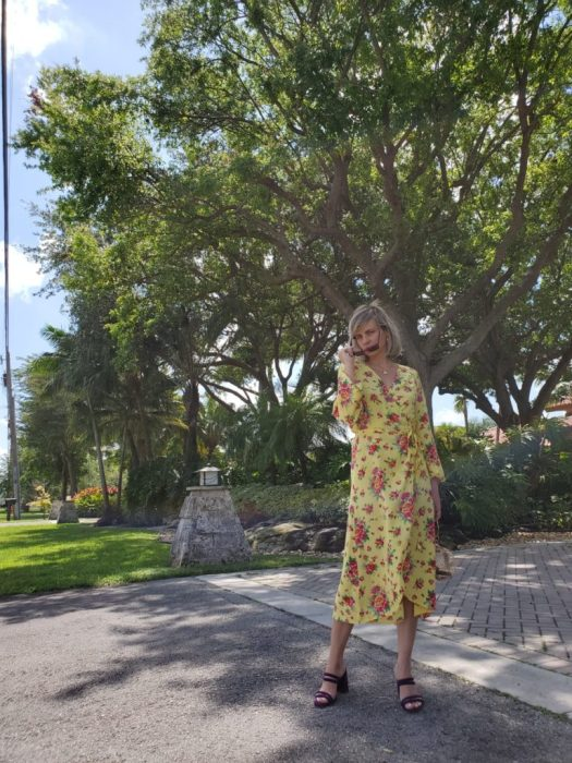 Alba Marina Otero fashion blogger from Mylovelypeople blog shares with you how to updated you wardrobe for this coming spring season with one basic piece. She is wearing a flower wrap dress from &otherstories with purple block heels and circle hand bag