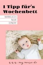 1 Tipp fürs Wochenbett - Baby liegt auf einem Schafsfell