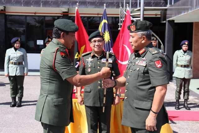 BG Mohd Isa bin Jaafar handing over the 3 Bde command stick to BG Dato' Azhar Hj Ahmad.