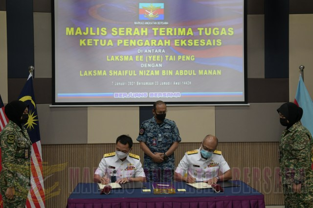 FADM Ee (Yee) Tai Peng hands over his appointment to FADM Shaiful Nizam Abdul Manan.