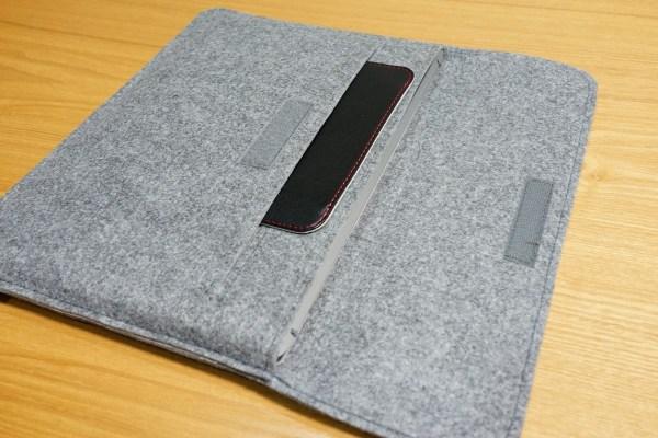VAIO S13用キャリーケースレビュー 内側のポケットにマウスパット入れたところ マジックテープでとめます