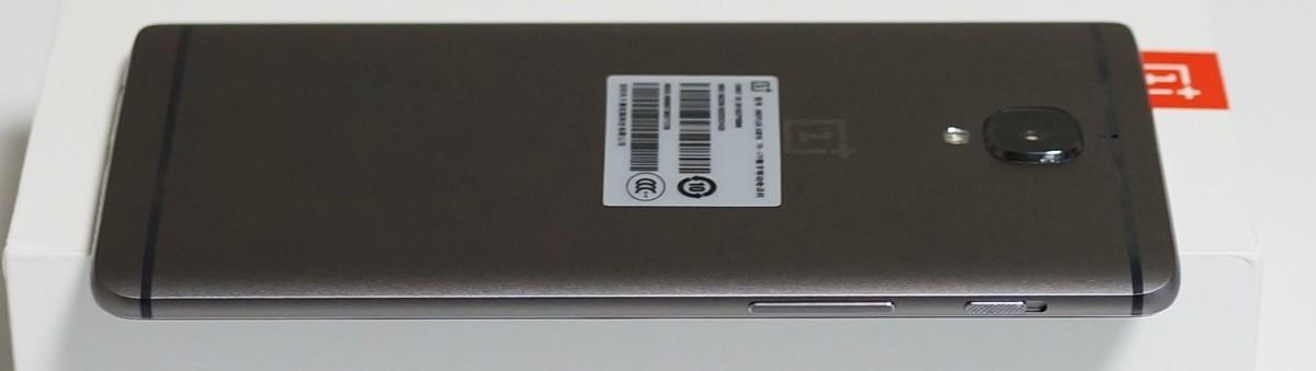 OnePlus 3T レビュー 左側面の写真、物理ボタンの機能の説明と背面カメラの突起具合の参考画像