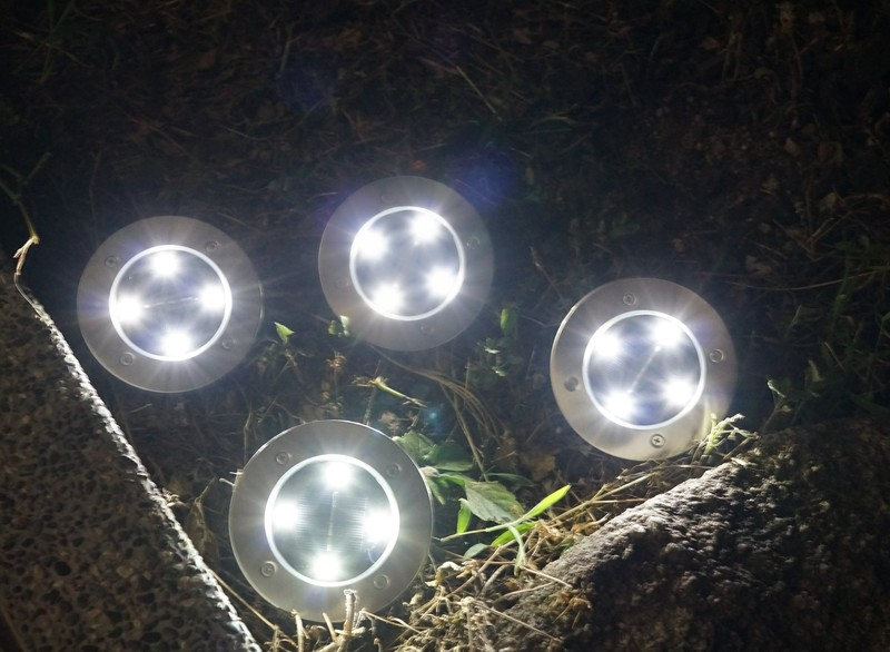 Tomshine 埋め込み式 LEDソーラーガーデンライトレビュー  屋外での使用の参考写真点灯後の様子