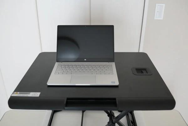 テーブルに置くだけで立位でパソコン操作ができるFengeのガス昇降式スタンディングデスクレビュー