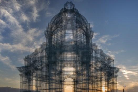 Wire mesh sculpture for Coachella 2018 by Edoardo Tresoldi