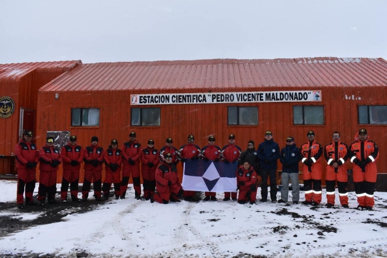 investigadores ecuatorianos con True South, la bandera de la antártida