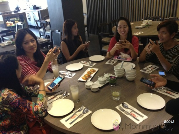 Here we all, phones in hand, all set to tweet and eat! ;)