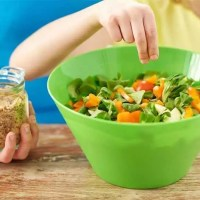 Детей учат готовить салаты в школе, и что происходит после