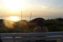 Lies die geniet van de zonsondergang