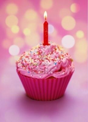 7977550-cupcake-rose-anniversaire-avec-une-bougie