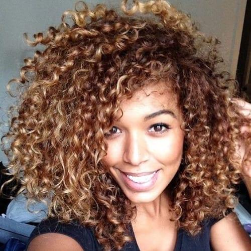 afro miel cabello castaño