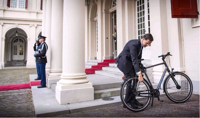 PHOTO: Dutch Prime Minister shuns convoy, comes to meet king on bicycle