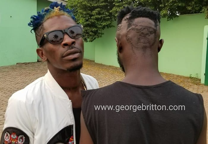 Photo: Shatta Wale dashes GHC 500 to a fan